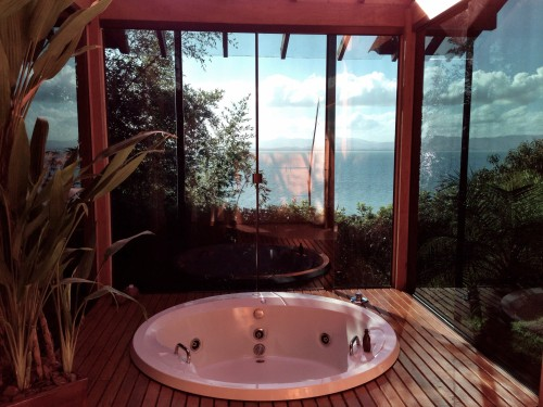 Bangalo 18's bath with views of the sea.. amazing!