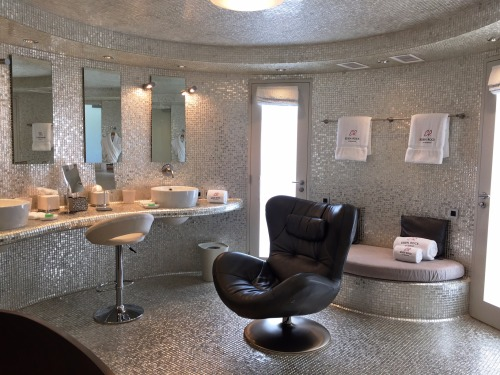 Solid white gold bathroom of the Villa Rockstar at Eden Rock