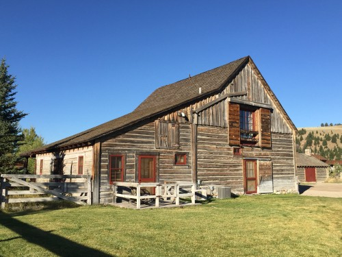 Remodeled 19th century barn house.. great for a large family or group to stay in!